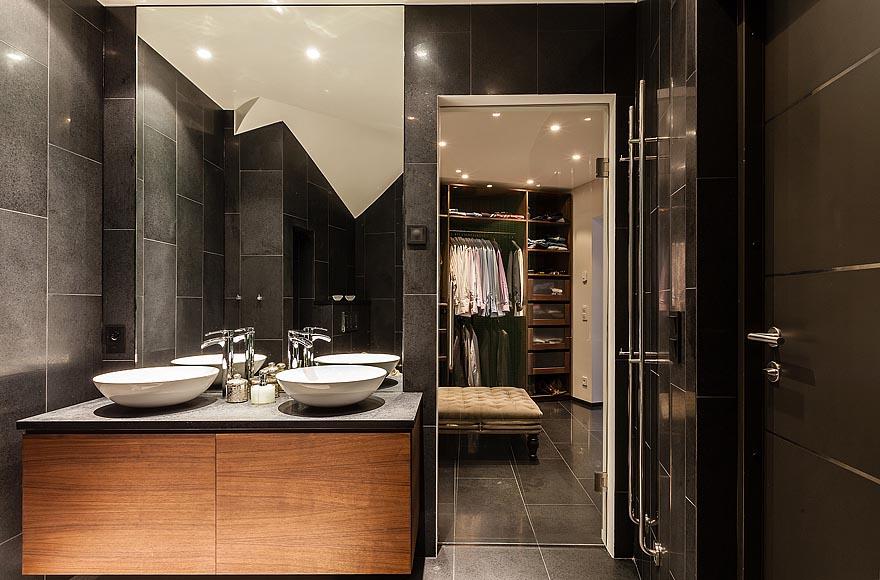 small bathroom with walk in closet | winda 7 furniture